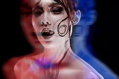Disco-portrait avec l'effet stéréo, 3D Maquillage lumineux de belle fille avec un éclat humide de regard, fond foncé Images stock