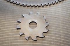 Disco que corta dos para cortar la madera en un fondo del metal Herramientas para la producción de los muebles Primer imagen de archivo libre de regalías
