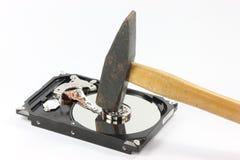 Disco rígido com o martelo no backgound branco Imagens de Stock Royalty Free