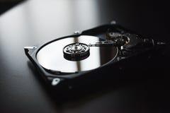 Disco rígido desmontado do computador (hdd) com efeitos do espelho Peça do computador (PC, portátil) Fotos de Stock Royalty Free