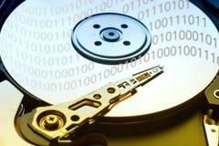 Disco rígido do computador com cabeça de leitura e dígitos nela fotos de stock royalty free
