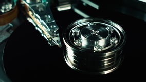 Disco rígido do computador, hdd Cabeça e close-up do eixo de disco rígido Tecnologia do armazenamento de informação Disposições d vídeos de arquivo