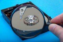 Disco rigido e lente d'ingrandimento del computer fotografie stock