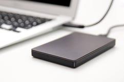 Disco rigido esterno del disco di backup collegato al computer portatile Fotografia Stock