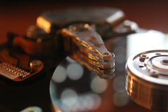 Disco rigido smontato dal computer, hdd con effetto dello specchio Disco rigido aperto dal hdd del computer con lo specchio immagine stock libera da diritti