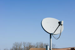 Disco satellite sul tetto fotografia stock libera da diritti