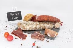 Disco típico del charcuterie de un aperitivo en Francia para una parte francesa imagen de archivo libre de regalías
