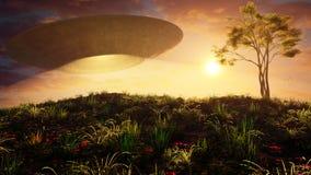 Disco volante sopra la collina di tramonto Fotografie Stock