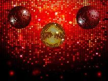 Discobälle über dem roten Funkeln deckt Wandhintergrund mit Ziegeln Stockbilder