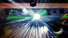 Discobal met heldere stralen, de achtergrond van de nachtpartij discobal het hangen van het plafond glanst bij de partij langzaam stock footage