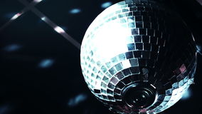 Discoball mirrorball转动的反射的光到俱乐部地点里 股票录像
