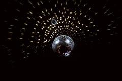Discoball mit Höhepunkten auf der schwarzen Decke lizenzfreie stockfotografie