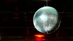 Discoball weerspiegeld de flitsenlicht van de discobal stock footage