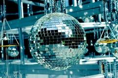 Discoballhintergrund mit Spiegelbällen Stockbild