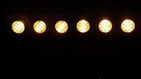 Discolichter, die in der Dunkelheit blitzen stock footage