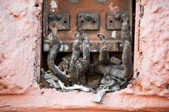 Disconnected övergav elkrafttrådar på gatan royaltyfria foton
