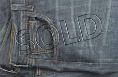 Disconto do Tag da venda das calças de brim Foto de Stock Royalty Free