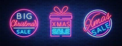 Discontos da venda do Natal, um grupo de cartões no néon-estilo Coleção dos sinais de néon, cartaz brilhante, noite luminosa Imagem de Stock