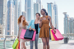 discontos Menina bonita no vestido que guarda sacos de compras no thei Imagens de Stock