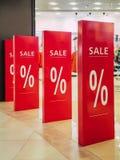 Discontos sazonais na loja venda do texto em uma entrada da loja sexta-feira preta na loja, loja do disconto Imagem de Stock