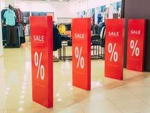Discontos sazonais na loja venda do texto em uma entrada da loja sexta-feira preta na loja, loja do disconto Fotografia de Stock Royalty Free