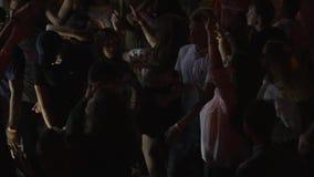 Discopartij, jongeren die in nachtclub die in levendig licht, het nachtleven dansen van de jeugd, menigte bij heldere verlichting stock footage