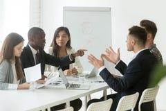 Discordância de disputa do trabalhador africano com o colega caucasiano du imagem de stock
