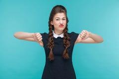 Discorda a jovem mulher demonstra o sinal do desagrado imagens de stock