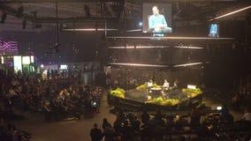 Discorso del fondatore di grande società davanti ad un pubblico in un corridoio enorme archivi video