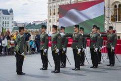 Discorso festivo dai soldati dell'esercito ungherese vicino all'entrata al Parlamento in onore del giorno del san Istvan Fotografie Stock Libere da Diritti