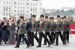 Discorso festivo dai soldati dell'esercito ungherese vicino all'entrata al Parlamento in onore del giorno del san Istvan Immagine Stock Libera da Diritti