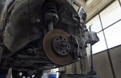 Discos de frenos y amortiguadores de choque de un coche Fotos de archivo libres de regalías