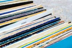 Discos de vinilo en primer de la caja Muestra estérea Fotografía de archivo
