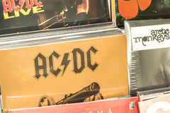 Discos de vinilo que ofrecen la música rock famosa para la venta Imagen de archivo libre de regalías