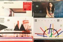Discos de vinilo que ofrecen la música rock famosa para la venta Imágenes de archivo libres de regalías