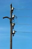 Discos dos fios e dos isoladores da linha elétrica no polo bonde fotos de stock royalty free