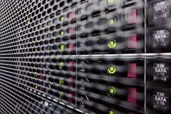 Discos duros en un estante del ordenador Fotos de archivo libres de regalías
