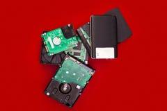 Discos duros externos e internos en una pila en el tablero Fotos de archivo