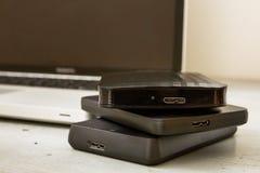 Discos duros y teclado externos del ordenador portátil Fotos de archivo libres de regalías