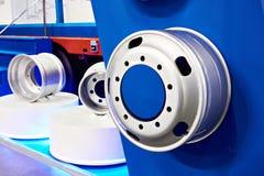Discos sellados de la rueda del camión en tienda Imagen de archivo libre de regalías