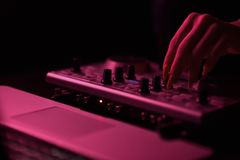 Discoteca del miscelatore del DJ illuminata dai proiettori Immagini Stock Libere da Diritti