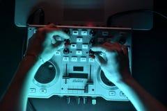 Discoteca del miscelatore del DJ illuminata dai proiettori Immagine Stock Libera da Diritti