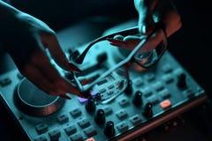 Discoteca del miscelatore del DJ illuminata dai proiettori Fotografia Stock