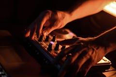 Discoteca del miscelatore del DJ illuminata dai proiettori Fotografie Stock Libere da Diritti