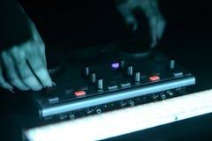 Discoteca del miscelatore del DJ illuminata dai proiettori Fotografia Stock Libera da Diritti