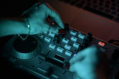 Discoteca del miscelatore del DJ illuminata dai proiettori Immagini Stock