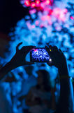 Discoteca della schiuma La gente della siluetta delle mani utilizza lo smartphone che gode di un concerto Immagine Stock