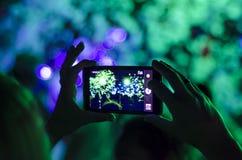 Discoteca della schiuma La gente della siluetta delle mani utilizza lo smartphone che gode di un concerto Fotografia Stock