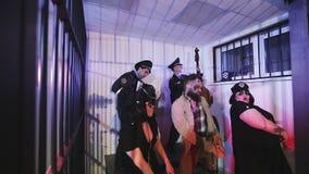 Discoteca dietro una griglia della prigione archivi video