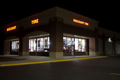 Discount Tire building @ Night Royalty Free Stock Photography
